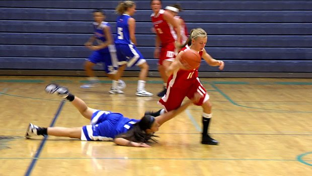 The Region's Camille Reynolds picks Chenise Pakootas' pocket and takes it in for the easy lay-in (Photo: SWX)