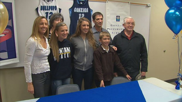 Lindsay Stockton (center) signed on to play basketball at Montana State (Photo: SWX)