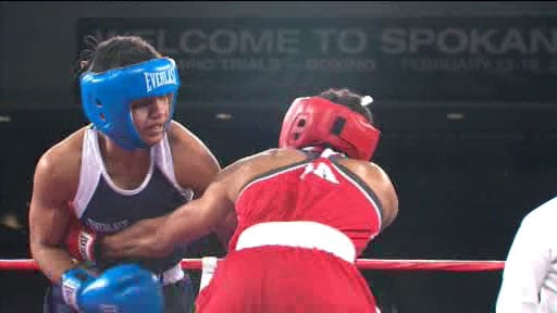 Queen Underwood (red) beat Betha Aracil in the first round Monday night at Northern Quest Resort & Casino (Photo: SWX)