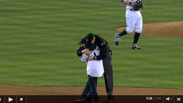 © Steve Smerer surprised his son, Kyle at a Mariners game last week (MLB)
