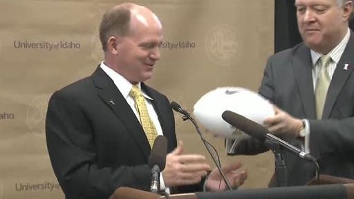 © Idaho president Duane Nellis hands Paul Petrino a football as he introduces him as the school's new head football coach (Photo: SWX)