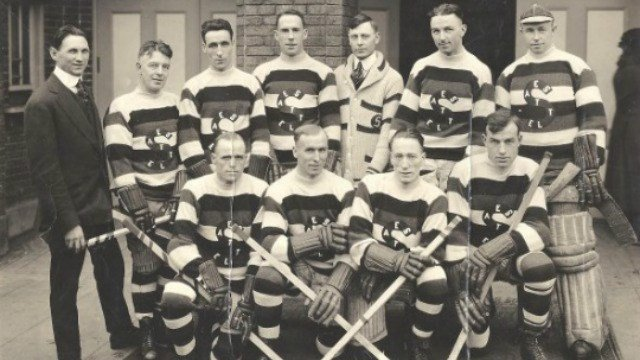 Another shot of the Seattle Metropolitans team. (Photo: Wiki)